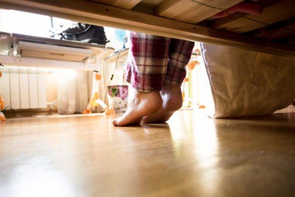 一人暮らし女性、ベッドの下、自宅