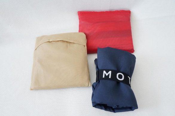 ベージュが「ポケットecoバッグ」、レッドが「セレクト」のコンパクトエコバッグ、ネイビーが「クルリト」のデイリーバッグ
