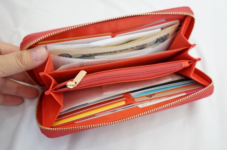 筆者の長財布。カードやレシートでパンパン