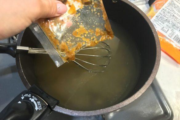沸騰したお湯にチムチュムペーストを入れる