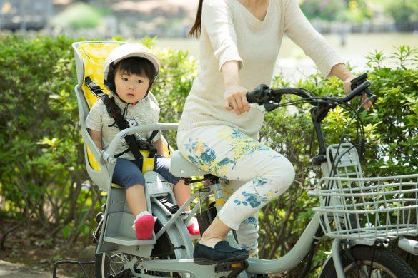 電動自転車で出掛ける親子
