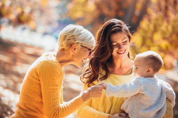 実家の母と子と孫、三世代家族