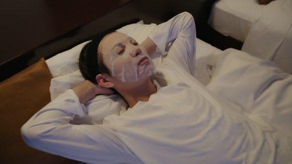 パックで保湿する美容研究家の瀬戸口弘樹氏