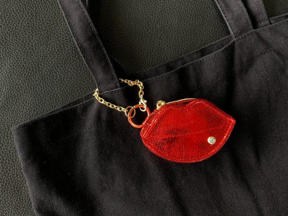 このようにバッグに付けられます。チャームのサイズは[W9×H5.5×D4cm]