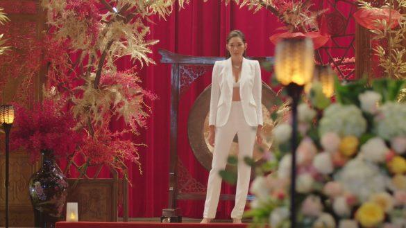SNSで評判が高い萌子さまの白スーツ