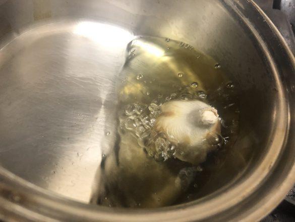調理油に菜箸を入れたとき、気泡がプクプク出てきたら弱火にし、ニンニクを入れる。
