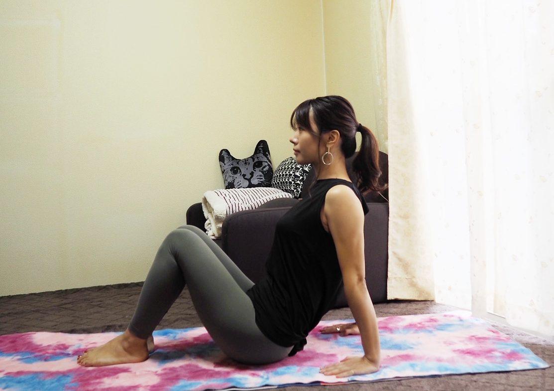 (1)ひざを立てて床に座り、両手は身体のうしろにつく