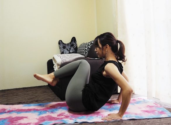 (2)ひざを胸に近付けるように足を引き寄せる~ひざを伸ばす×20回