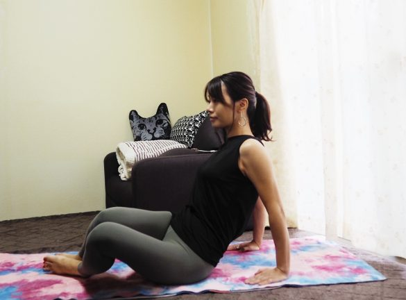 (3)両足を左側に傾けて、同様の動きを20回 1