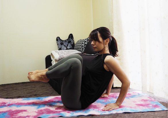 (3)両足を左側に傾けて、同様の動きを20回 2
