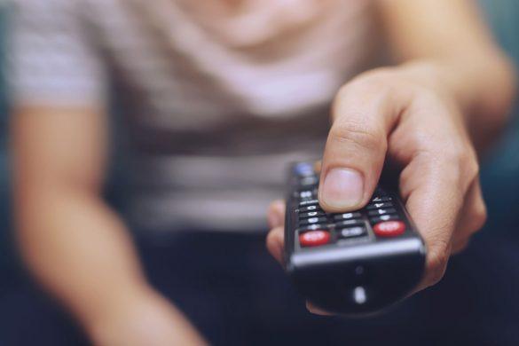 テレビ、TVリモコン、動画鑑賞、男