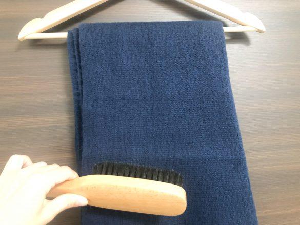 繊維の流れに逆らうように下から上へブラッシング