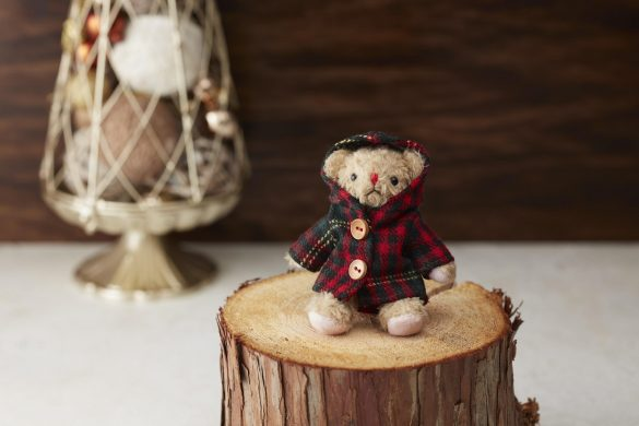※2020年クリスマス仕様のベアフル。今年は赤いチェックコートを着用した「ベアフル チェックコート(レッド・プチサイズ)」(780円)