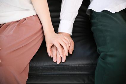 手つなぎ夫婦、手をつなぐカップル