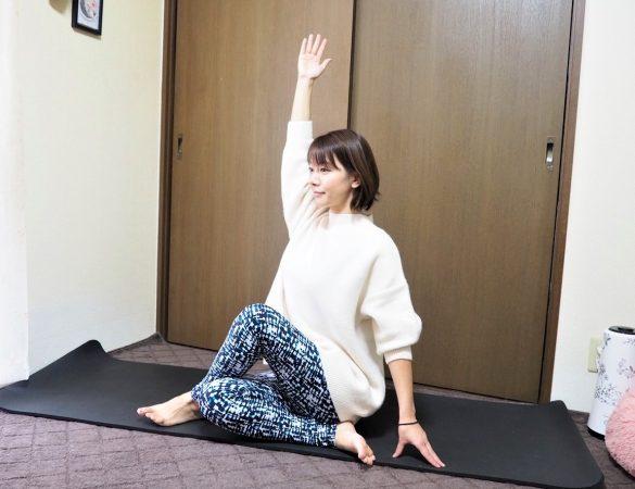 (2)右手を頭上に伸ばす