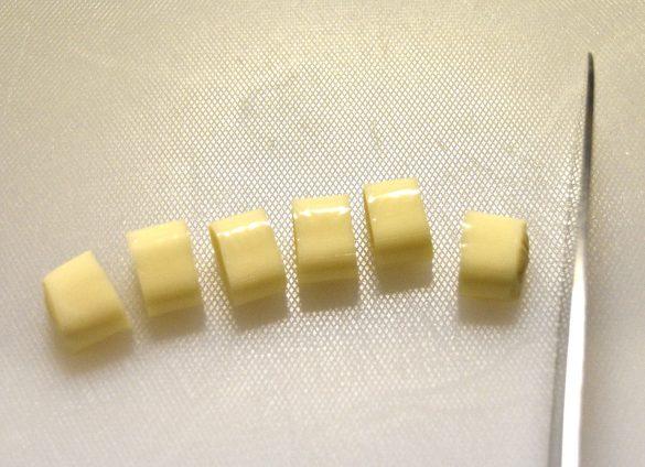 まず、「さけるチーズ」を一口サイズにカット。