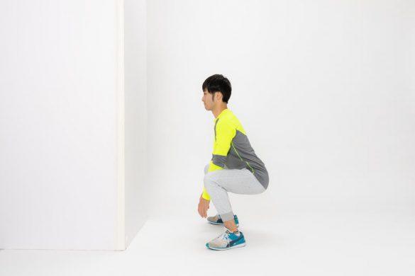 ②足を肩幅よりも少し広くし、スクワットをするようにお尻を後ろに引いて腰を落とします。