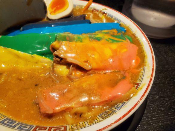 ピンクや黄色は、スープの色となじんでいました