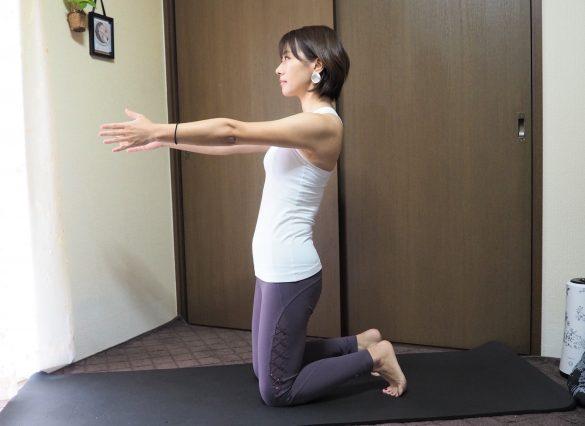 ひざ立ちになり足を腰幅に開いたら、息を吸いながら両腕を身体の前に伸ばす
