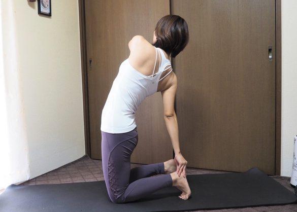 (2)息を吐きながらゆっくりと上体を右にねじり、右手で左のかかとをつかむ~呼吸を5回繰り返す