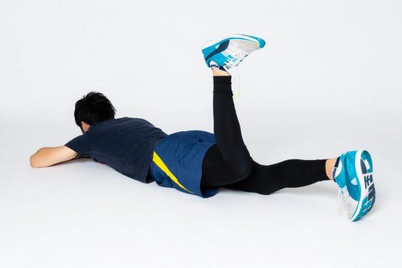 (3)その場所から膝を床から離すように持ち上げます。
