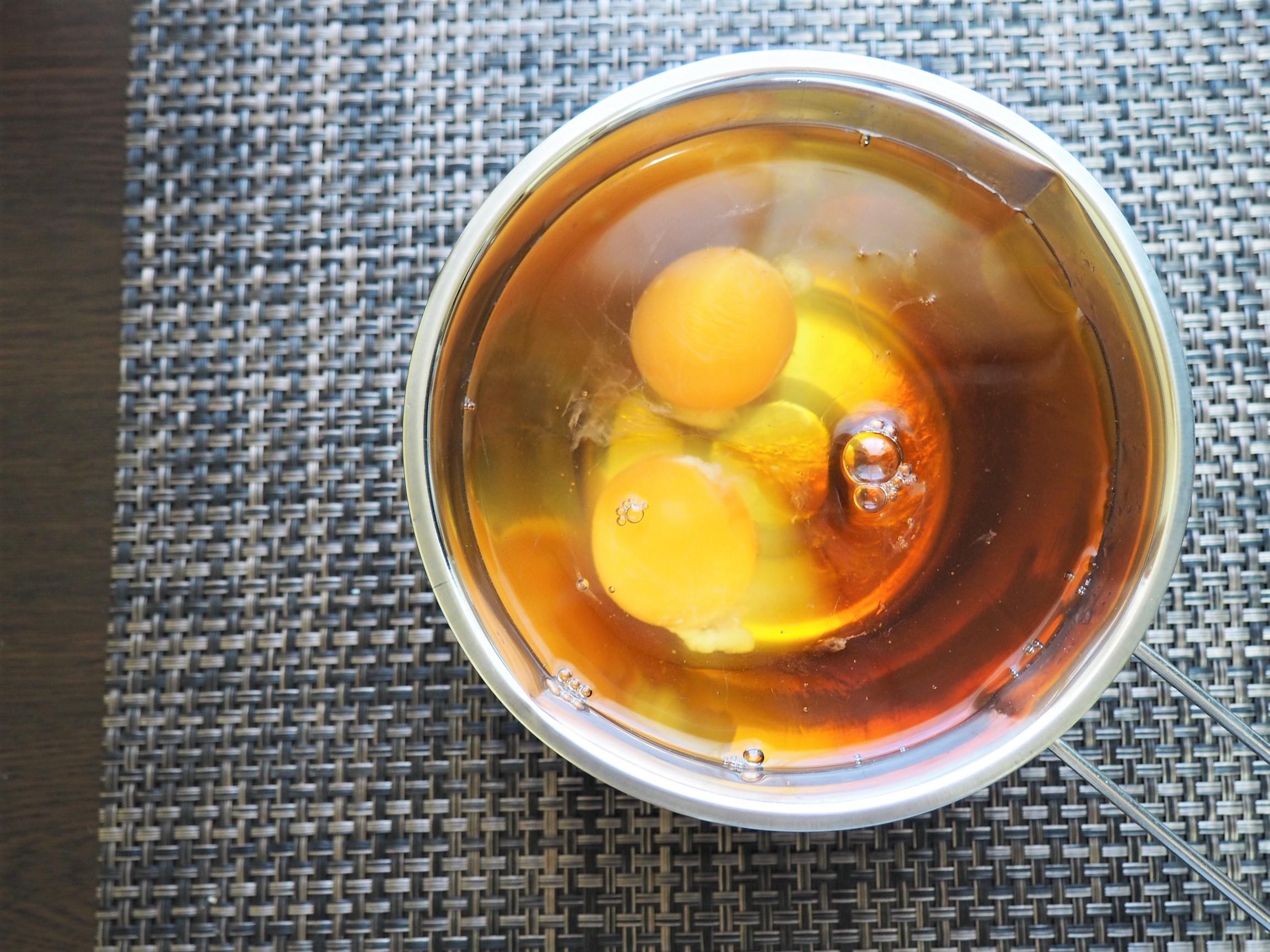 (1) 卵と水、だしをボウルに入れてよくかき混ぜる
