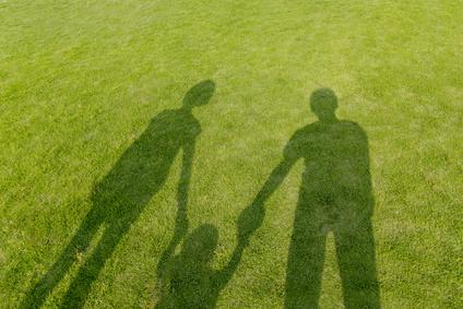 幼児と手を繋ぐ3人の影、家族のイメージ、親子
