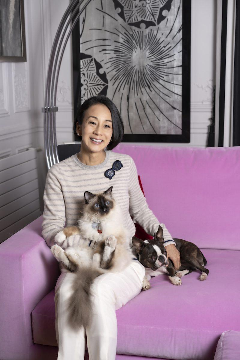 中村江里子さん、自宅のソファで。オネコとピュイックとともに