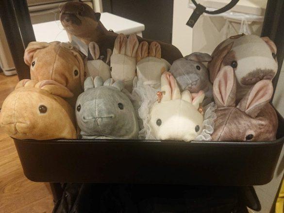 あふれるばかりのウサギのポーチたち。筆者の部屋は侵食されつつあります