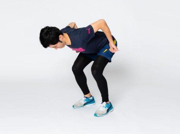 (3)息を吐きながら肘を曲げるように腕を引っ張り上げます