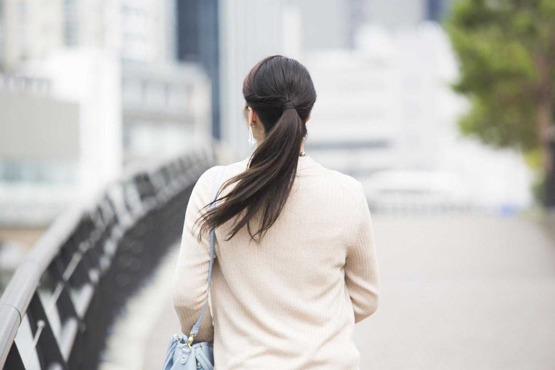 歩く女性の後ろ姿