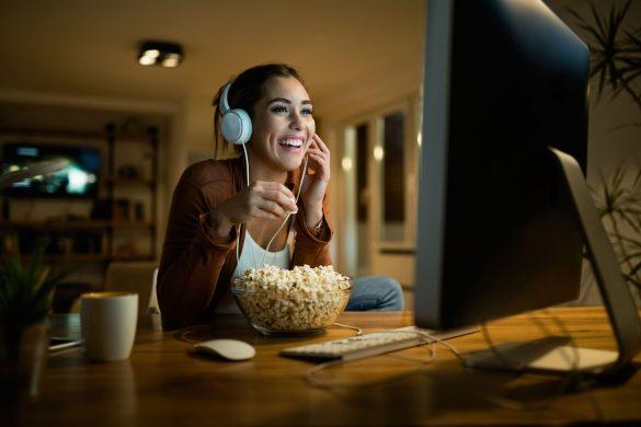 動画を見る女性
