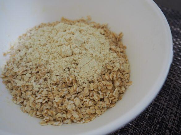 おからパウダーと塩を加えてざっくりと混ぜる
