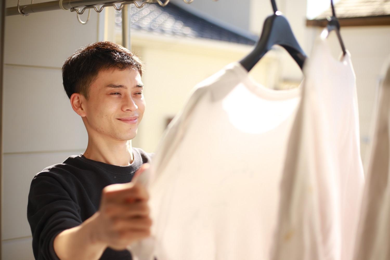 洗濯物を干す男性