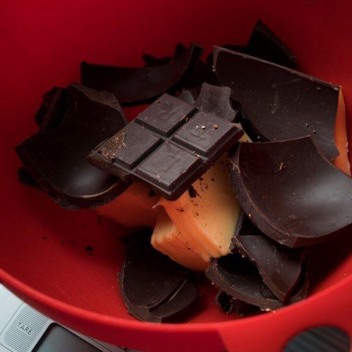 夫のバルトさんが食べ残したチョコレートも入れちゃいます