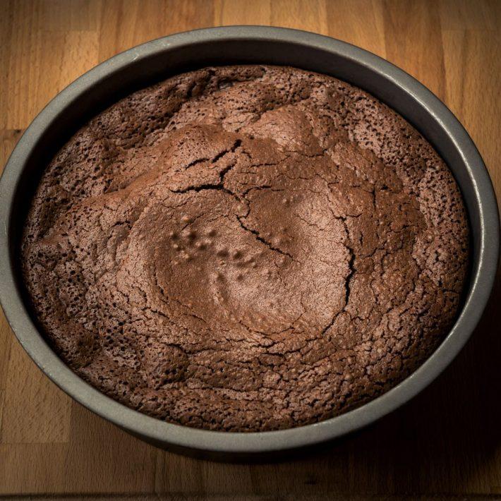 しっとり、濃厚! チョコレートケーキの焼き上がり