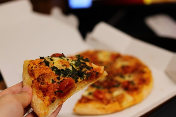家で宅配ピザを食べる