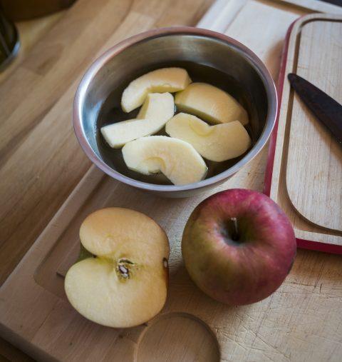 うさぎりんごにはしませんが、塩水にはしっかりつけます