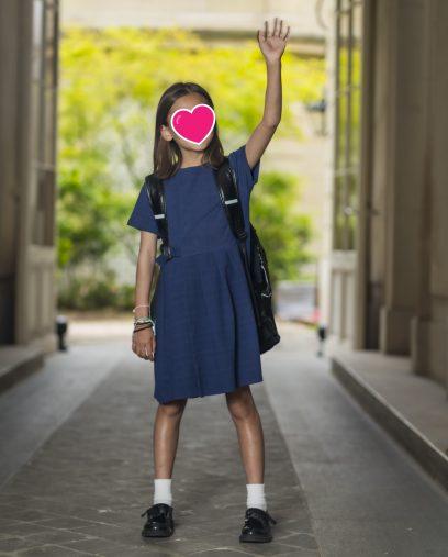 タカエの登校時のスタイル。小学校には制服はありませんが、色は紺と白という決まりがあります