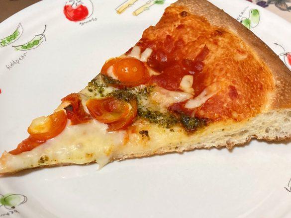 トッピングは、チェリートマト・バジルソース・オリジナルのピザソース・3種のチーズ