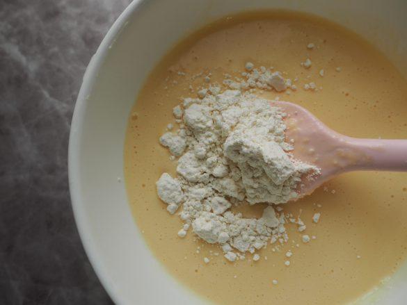 (2)にレモン汁、薄力粉を加えて滑らかになるまで混ぜる
