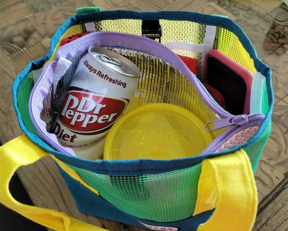 缶やペットボトル飲料、タッパー類もすっぽり入る。高さもあるので使いやすい