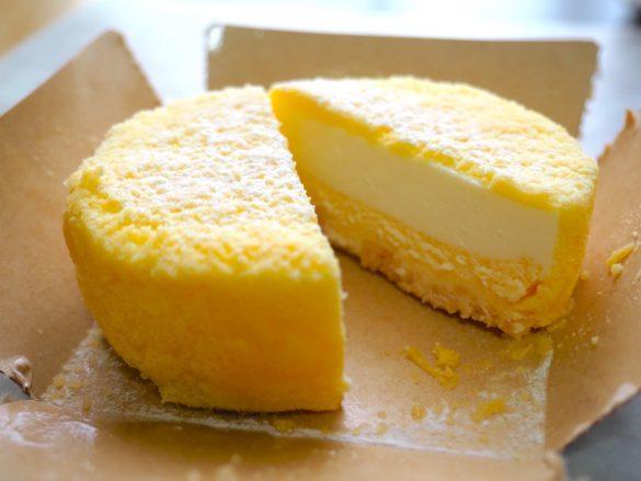 レアチーズ、ベイクドチーズの2層に、下はクッキー生地。