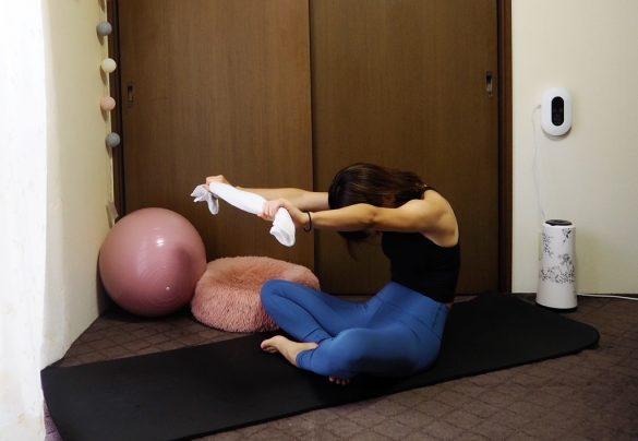 (2) 息を吐きながら、背中を丸める。