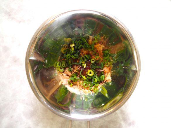 (1) 鰹節と麺つゆ、青ネギを混ぜ合わせる