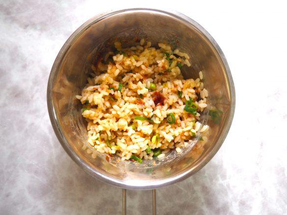 (2) (1)にご飯を加えて、まんべんなく混ぜる