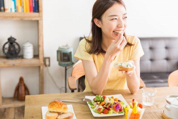 朝食 パン チーズ 食事 食べる女性