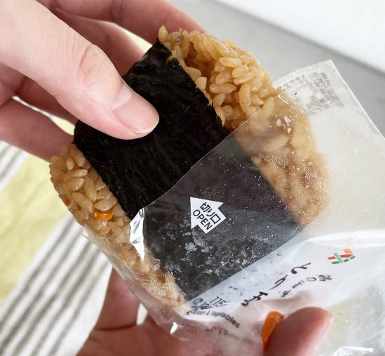 「直巻おむすび 鶏五目炊き込み御飯」をパッケージから取り出します