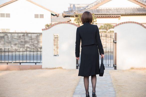 お葬式に向かう女性