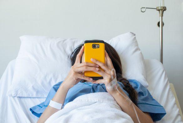 入院 スマホ 女性 病院